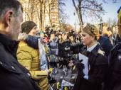 Yulia Tymoshenko speaks with relatives of heroes — Stock Photo