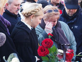 Yulia Tymoshenko speaks with relatives of heroes — Stock Photo