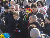 Yulia Tymoshenko lays flowers heroes — Stock Photo