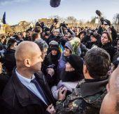 President Poroshenko speaks with relatives of victims — Stock Photo