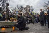President Poroshenko lays bouquet to monument — Stock Photo