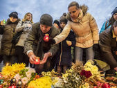 Ukrainians lay lamps and bunches of flowers — Stock Photo
