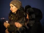 Women praying near Memorial of Holodomor — Stock Photo