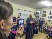 教皇特使会见乌克兰难民 — 图库照片