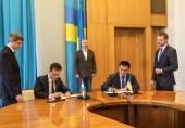 Klimkin and Siyyarto signing protocol — Stock Photo
