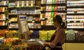 Woman vender in Roshen shop — Stock Photo
