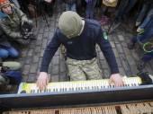 Euromaidan pianist in Balaclava — Stock Photo