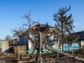Destroyed house in Donetsk region — Stockfoto