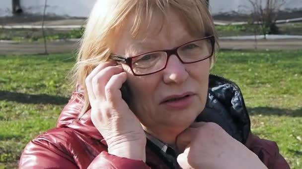 Mujer hablando por teléfono — Vídeo de stock