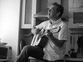 Мужчина с гитарой — Стоковое фото