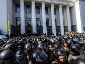 The opponents of changes to Ukrainian Constitution clash with po — Stock Photo