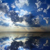 Clouds and sunlight reflecting in lake — Stock Photo