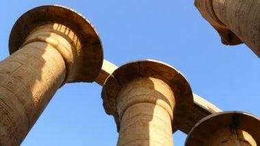 Kolommen in karnak tempel — Stockvideo