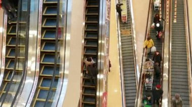 People in motion on escalators at the modern shopping mall - timelapse — Stock Video