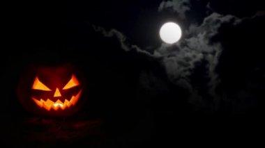 Halloween pumpkin at night — Stock Video