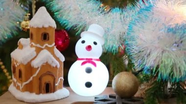 House, snowflakes and snowman — Stockvideo