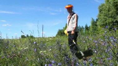 Lawn mower worker cutting grass — Stock Video