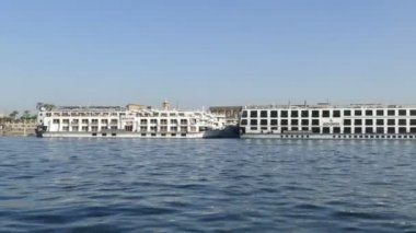 Cruise ship on the Nile River — Vídeo stock
