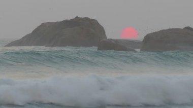 Big red sun in the sea — Stock Video