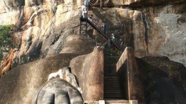 Tourists climb the stairs — Wideo stockowe