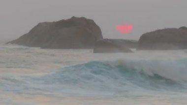 Big red sun is setting in the sea — Stock Video