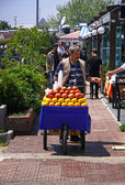 Man sells fruit juice on the street of Istanbul — Stock Photo