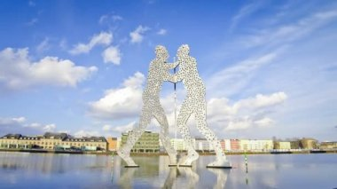 Molecule Man sculpture on the Spree River, Berlin, Germany (Time Lapse) — Stock Video