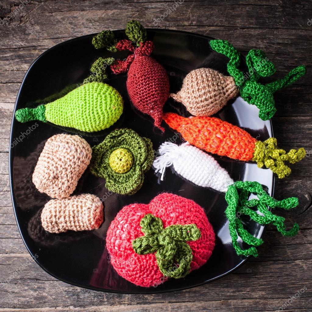 вязаные овощи. Фото можно купить на Depositphotos
