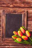 Tulips with chalkboard — Stock Photo