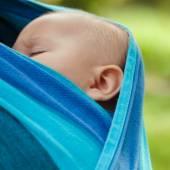 スリングで赤ちゃん — ストック写真