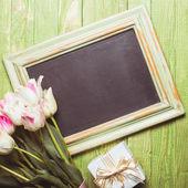 Tulipány na tabuli — Stock fotografie
