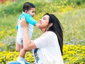 年轻的母亲和她的孩子一起玩 — 图库照片