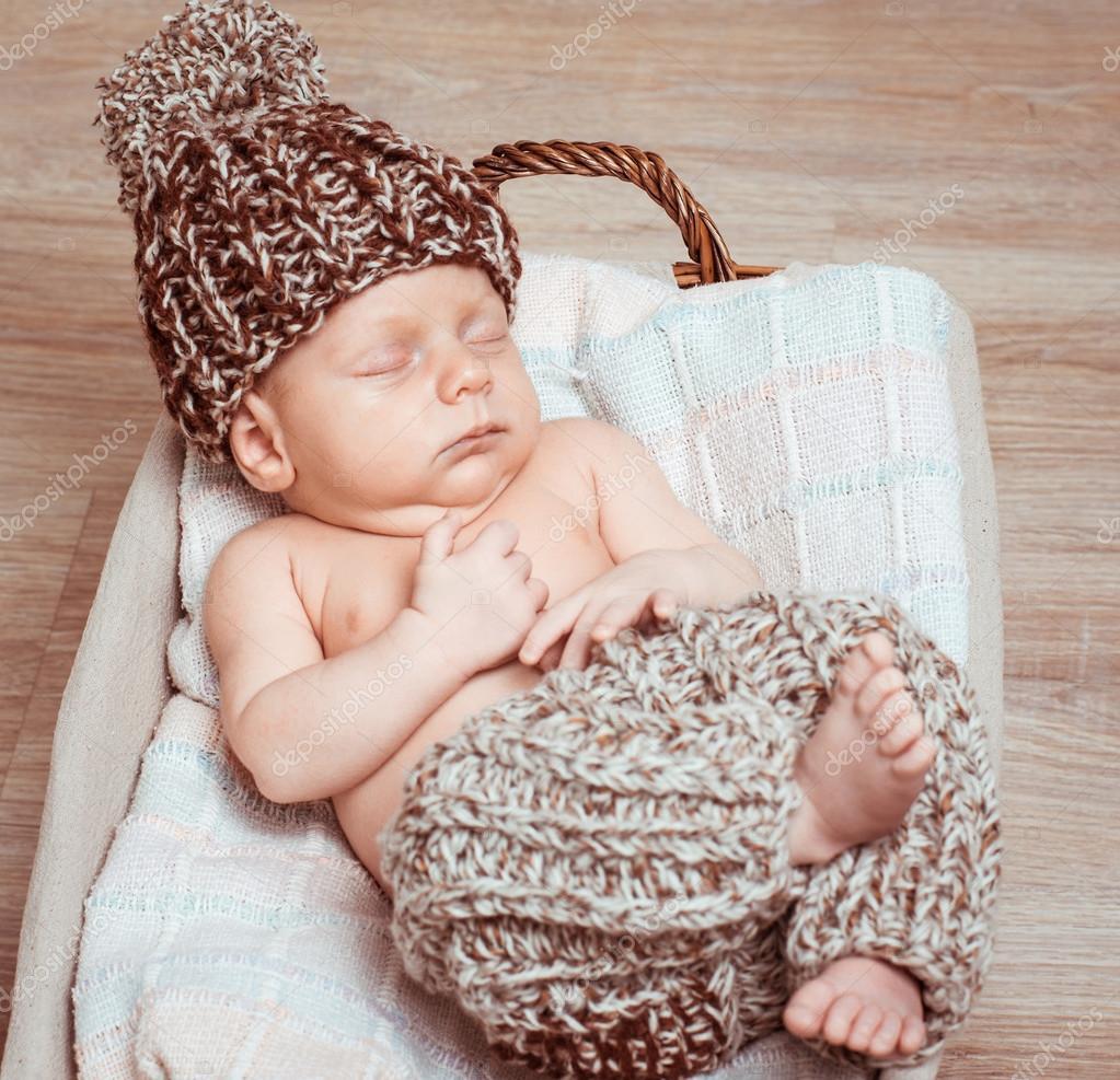 刚出生的婴男孩睡着了