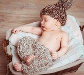 Newborn boy  asleep in the basket — Stock Photo