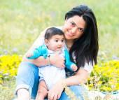 молодая мать, играя с ребенком — Стоковое фото