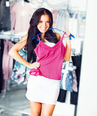 Young brunette shopping — Stock Photo