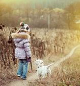 Liten flicka med sin hund — Stockfoto