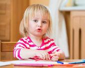 Mignonne petite fille dessine — Photo