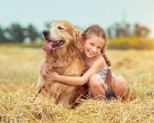 Petite fille avec son chien — Photo