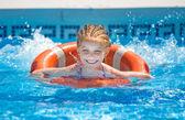 Dívka plave v bazénu — Stock fotografie