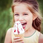 Dziewczynka zjada lody — Zdjęcie stockowe