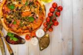 Pizza mit schinken und oliven — Stockfoto