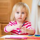 Cute little girl draws felt-tip pens — Stock Photo