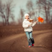 Little girl holds windmill — Stock Photo