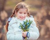 Kleines Mädchen mit einem Schneeglöckchen — Stockfoto