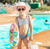 プールの近くかわいい女の子 — ストック写真