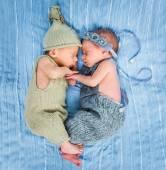 Noworodka bliźniaczki spanie w kosz — Zdjęcie stockowe