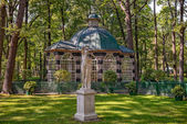 Aviary in Peterhof Lower Park — Stock Photo