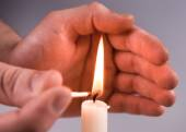 Hands Kindle candle — Stock Photo