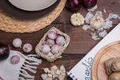 Garlic on a wooden table with utensils — Stock fotografie